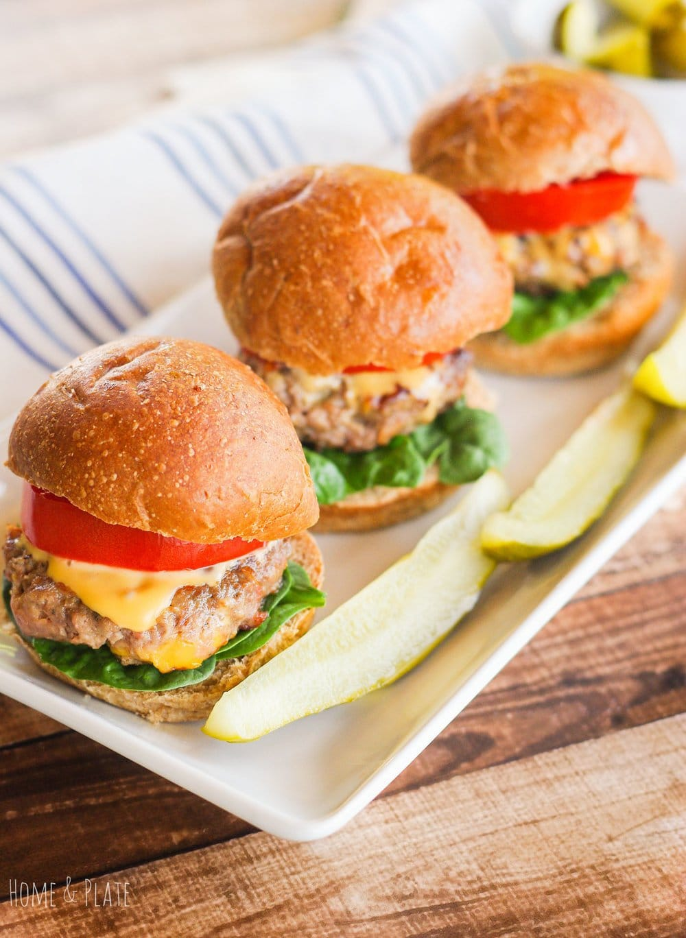 Halftime Sliders with Bacon & Cheddar Cheese | www.homeandplate.com | Serve up these halftime sliders made up of ground beef, salty bacon and sharp cheddar cheese right inside the patty. Perfect for any tailgate party or football get-together.