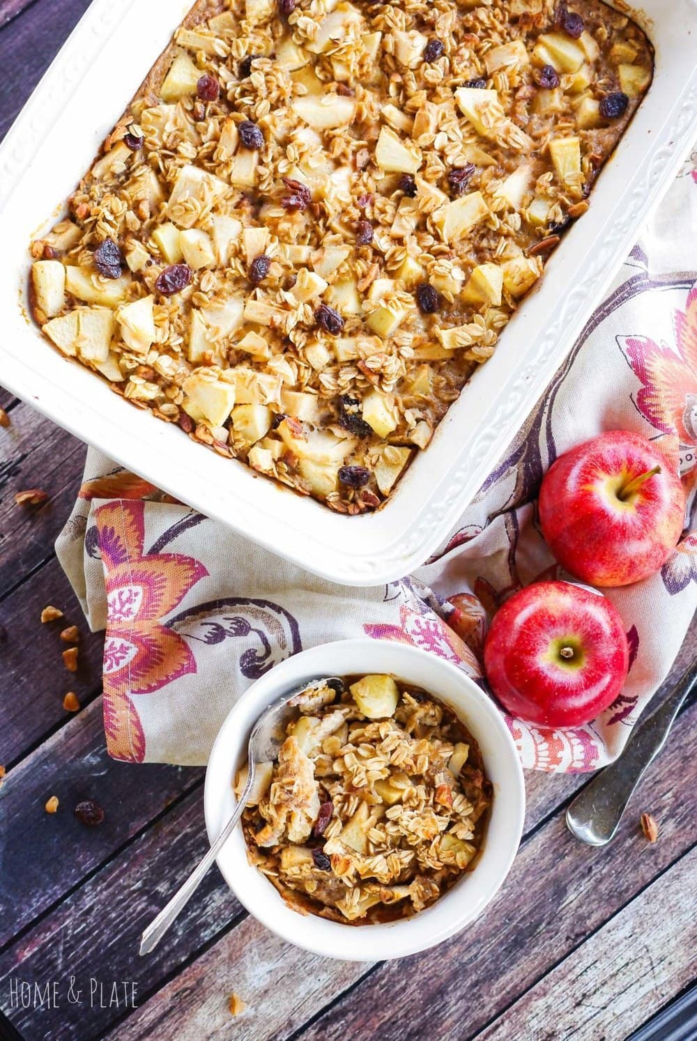 Apple Cinnamon Oatmeal Bake | www.homeandplate.com | Enjoy this easy to make Apple Cinnamon Oatmeal casserole recipe any weekend or holiday morning.
