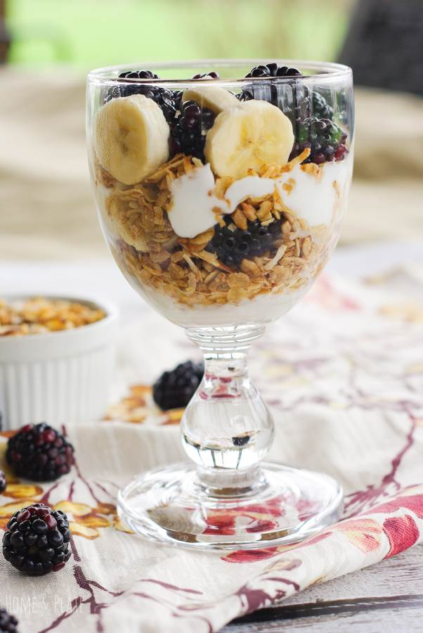 Blackberry Breakfast Parfait | www.homeandplate.com | These easy Blackberry Breakfast Parfaits are full of crunchy granola, Greek yogurt and blackberries and bananas. It