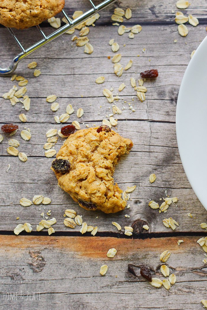 Copycat Oatmeal Raisin Cookies | www.homeandplate.com | Soft and chewy, these old fashioned copycat oatmeal raisin cookies are better than what you get at McDonald's, Panera or Subway.